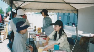 2004年。東松島市野蒜でイベント。避妊手術の相談会も始めた。