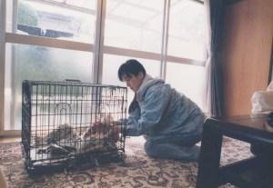 15年前の私。捕獲器がない頃は、ケージの扉に紐を付けて野良猫が入るのを待った。入ったら、ケージを室内に運んで、座布団カバーに入れた。やっていることに、いつも変わりはない…。