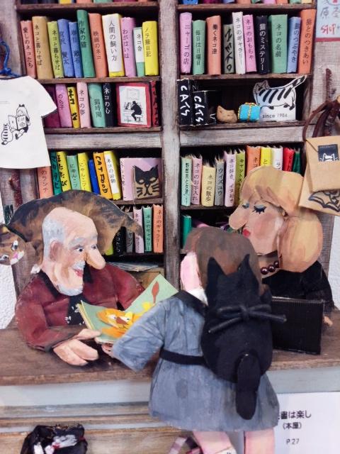 本屋の棚に並ぶ本は、オールネコのタイトル。これなら、読書も楽しいね~